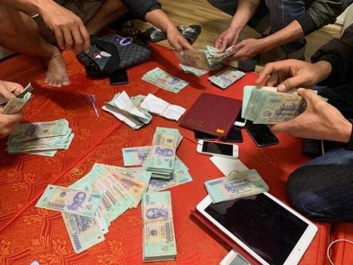 Đón khách từ điểm hẹn nhưng khách đi đánh bạc